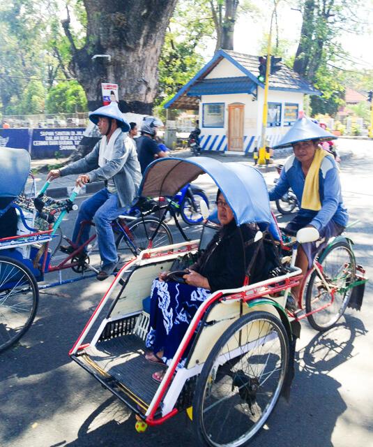 Rikscha-Taxis in Besar