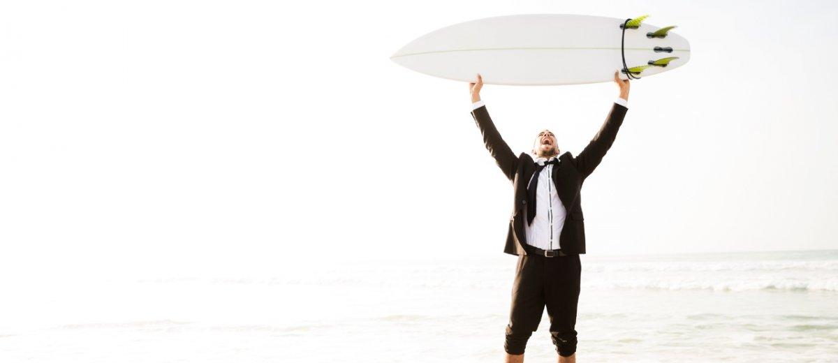 Surfer im Businessanzug