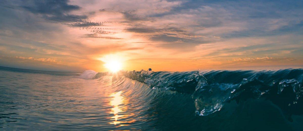 Welle im Sonnenuntergang